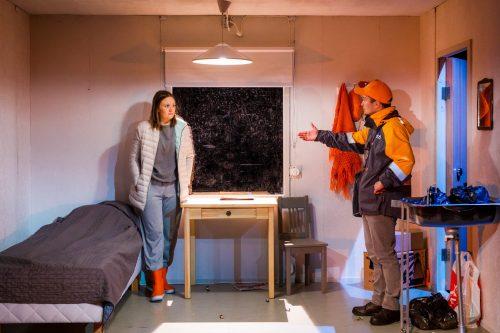Klara Harmaa (Minni Gråhn) ja Saku Kokko (Kalle Pulkkinen) keskustelevat Klaran asunnossa.