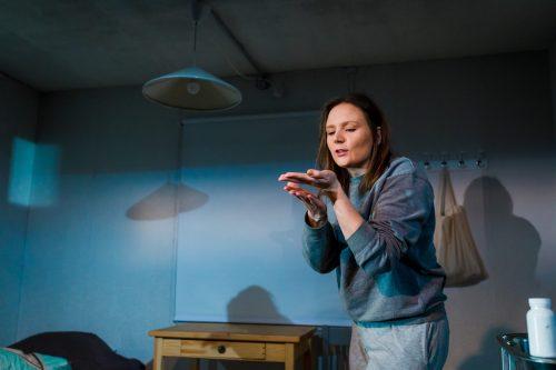 Klara Harmaa (Minni Gråhn) juttelee kämmenellään olevalle hämähäkille.