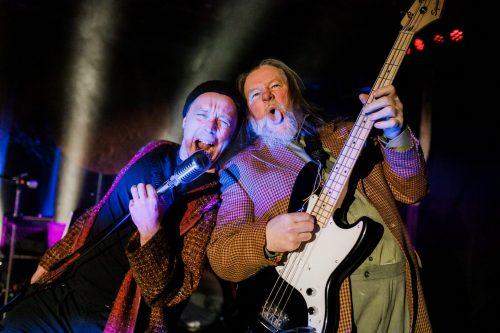 Jaakko Tohkanen ja Olli-Kalle Heimo laulavat ja soittavat bassoa.