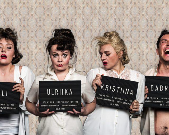 Kolme naista ja yksi mies suttuisissa meikeissä pitävät käsissään pidätystauluja, joissa lukee heidän nimensä.