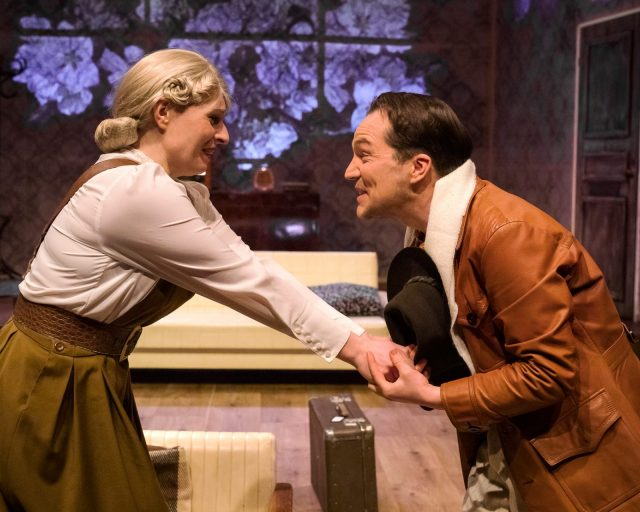 Kristiina ja Gabriel pitävät toisiaan käsistä kiinni ja hymyilevät hyvin ilahtuneina.