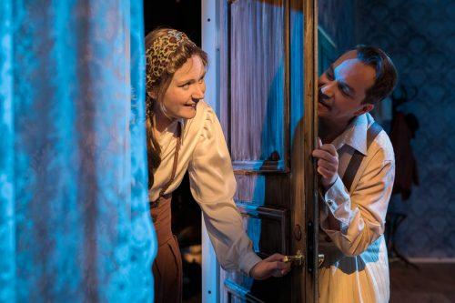 Raili ja Gabriel kurkistavat toisiaan oven molemmin puolin.