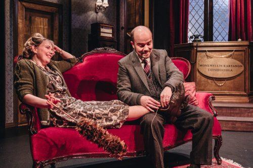 Giles Ralston ottaa kenkiä pois Mollie Ralstonin jalasta