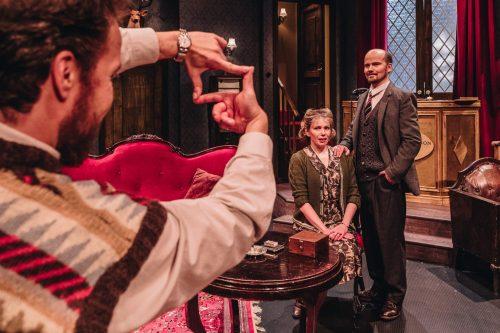 Mollie ja Giles Ralston poseeraavat vierekkäin valokuvassa