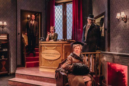 Rouva Boyle istuu takan ääressä, majuri Metcalf on tullut juuri sisälle