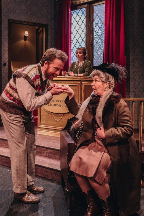 Christopher Wren suutelee rouva Boylen kättä
