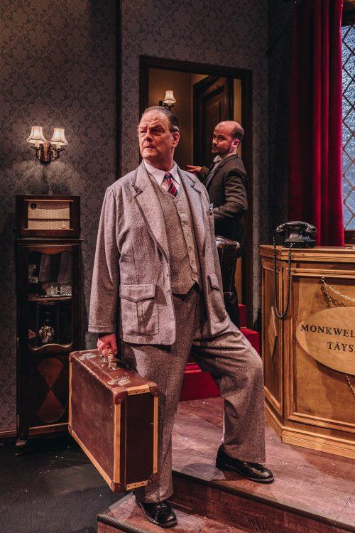 Majuri Metcalf matkalaukku kädessään