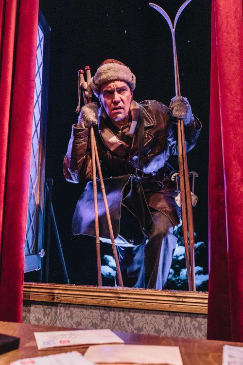 Ylikonstaapeli Trotter kurkistaa ikkunasta sisään sukset ja sauvat kädessään
