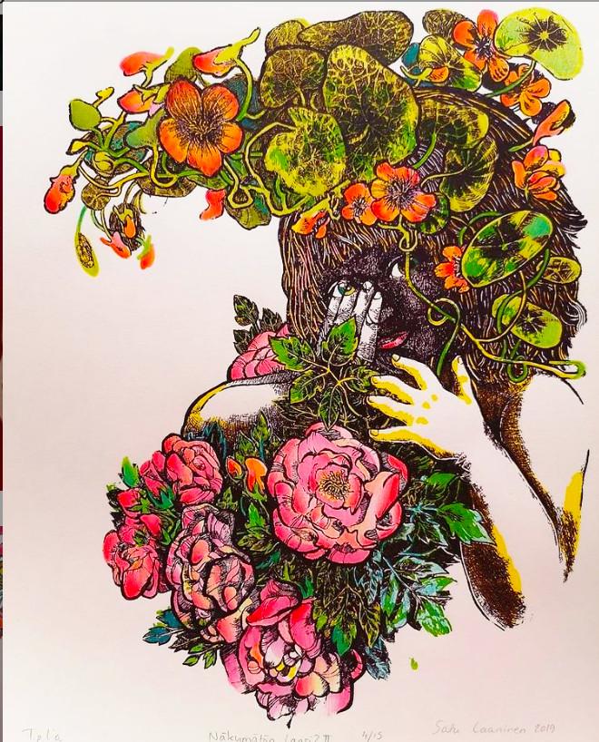 Värikkäässä taideteoksessa ihmishahmo on peittynyt runsaiden kukkivien kasvien taakse ja kurkistaa niiden joukosta.