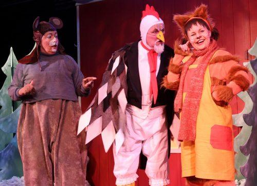 Kukko, Rotta ja Millakissa keskustelevat. Näyttelijöillä on värikkäät eläinasut.