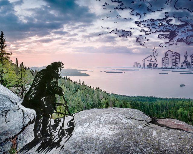 Iäkäs henkilö seisoo rollaattoriin nojaten Kolin huipulla ja katselee vastarannalla nousevaa kaupunkia. Pilvistä muodostuu koiran hahmo.