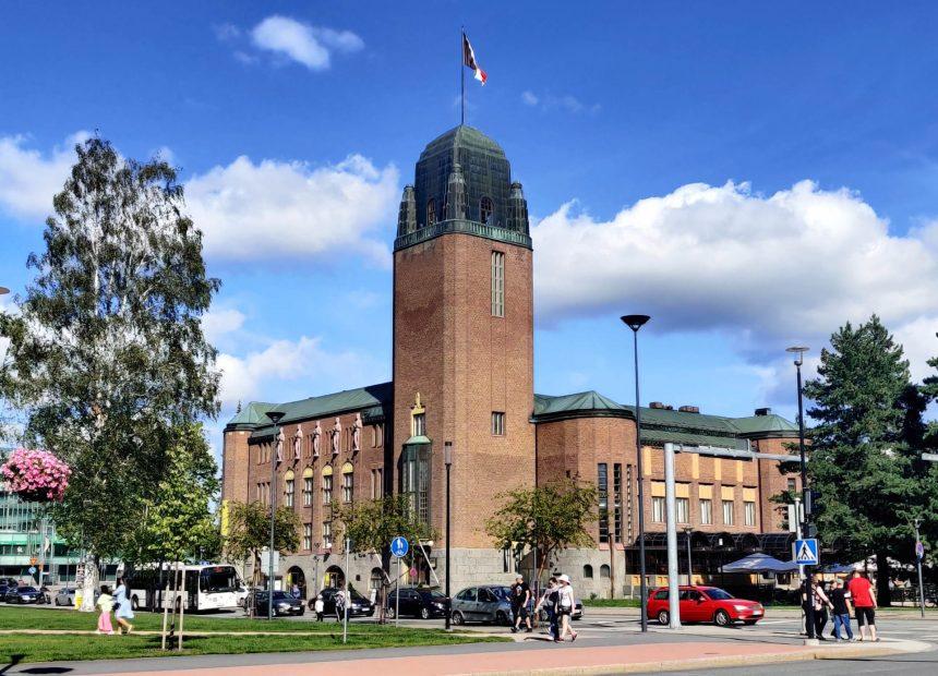 Joensuun kaupungintalo aurinkoisena kesäpäivänä.
