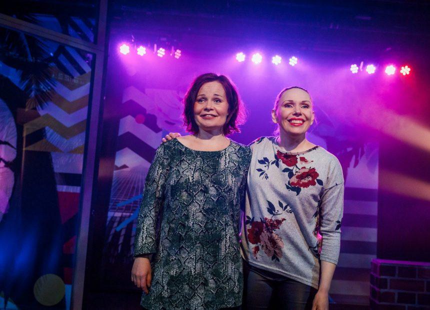 Suvi-Maaria Virta ja Maria Karhapää hymyilevät yleisölle