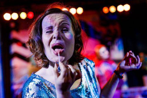 Maria Karhapää laittaa huulipunaa
