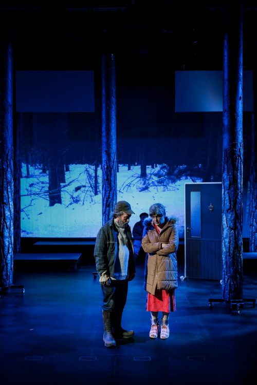 Kätkäläinen (Jaakko Tohkanen) ulkona Alma Hurskaisen (Olli Haataja) kanssa