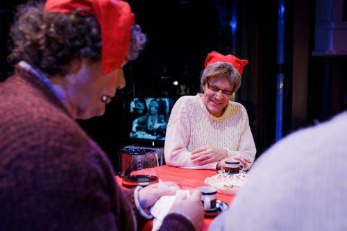 Alma Hurskainen (Olli Haataja) ja muut kahvipöydässä