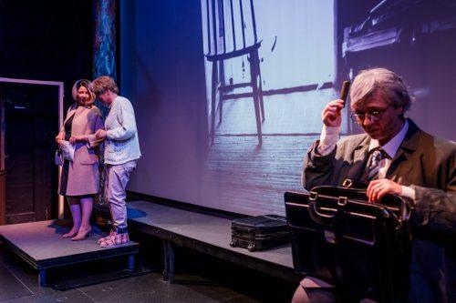 Aimo Hurskainen (Regina Launivuo) kampaa tukkaansa puku päällä