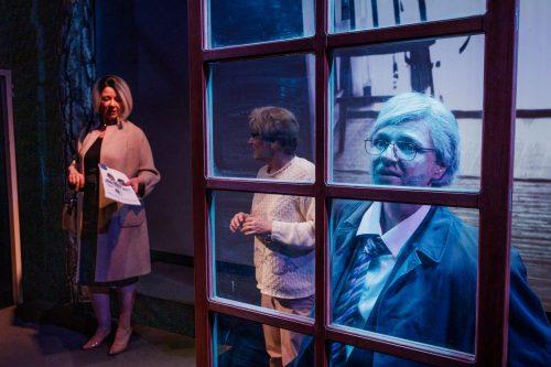 Aimo Hurskainen (Regina Launivuo) katselee ikkunasta