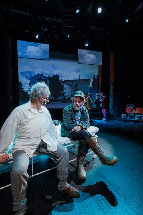 Aimo Hurskainen (Regina Launivuo) ja Kätkäläinen (Jaakko Tohkanen) keskustelevat