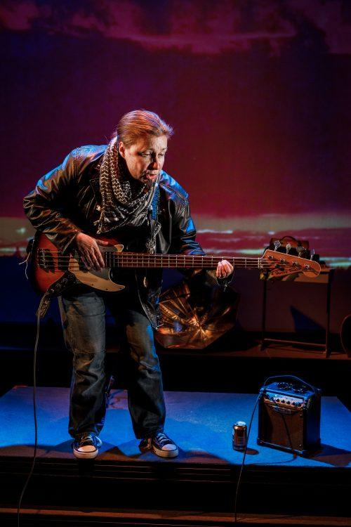 R. Varis (Anna Ojanne) soittaa kitaraa