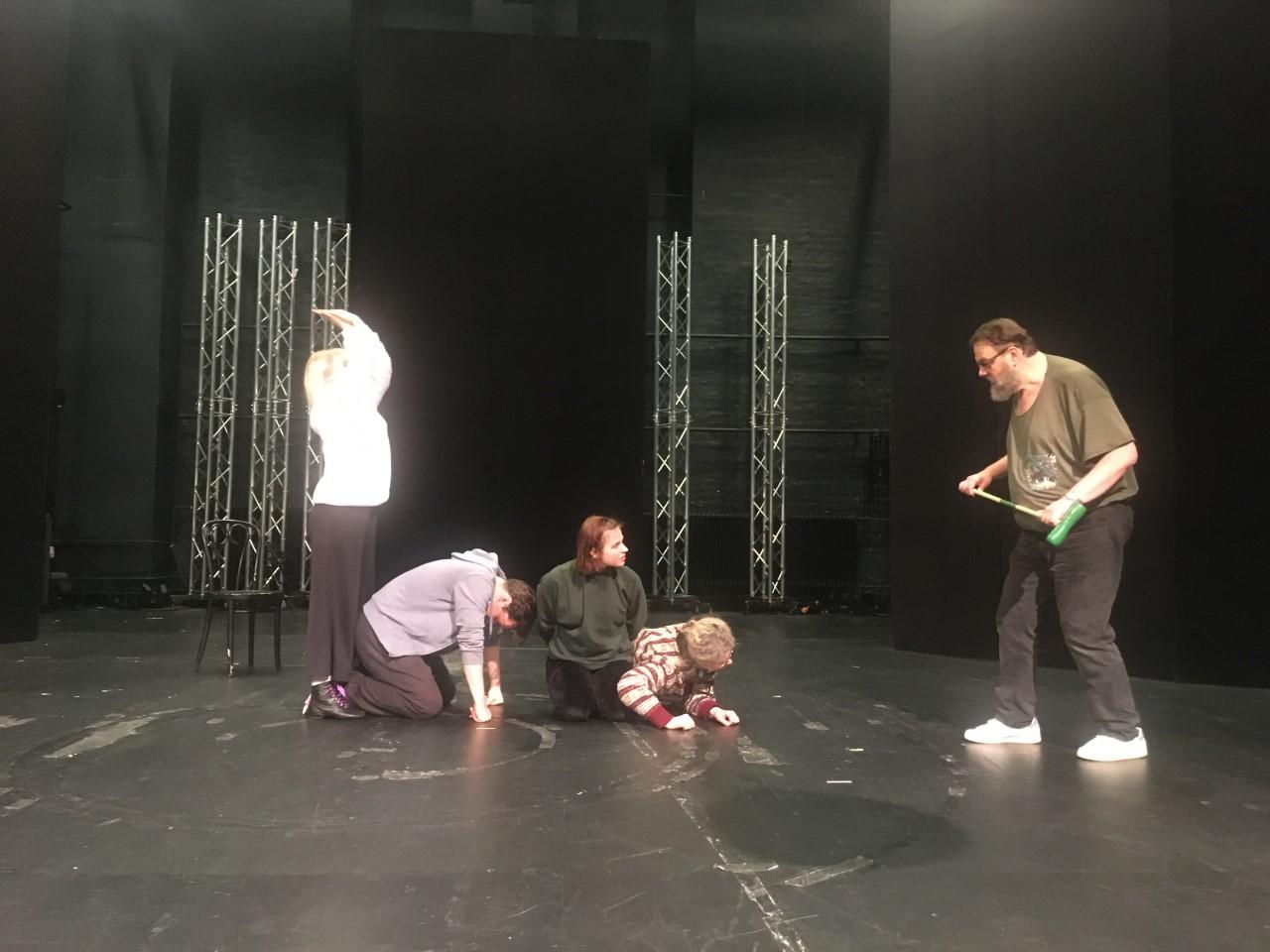 Näyttelijöitä Liisa ihmemaassa -näytelmän harjoituksissa.