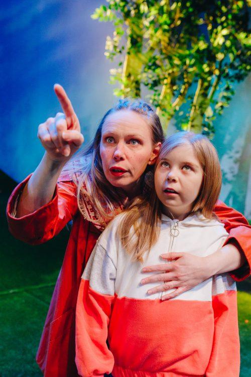 Liisa ja hänen veljentyttärensä lähikuvassa.