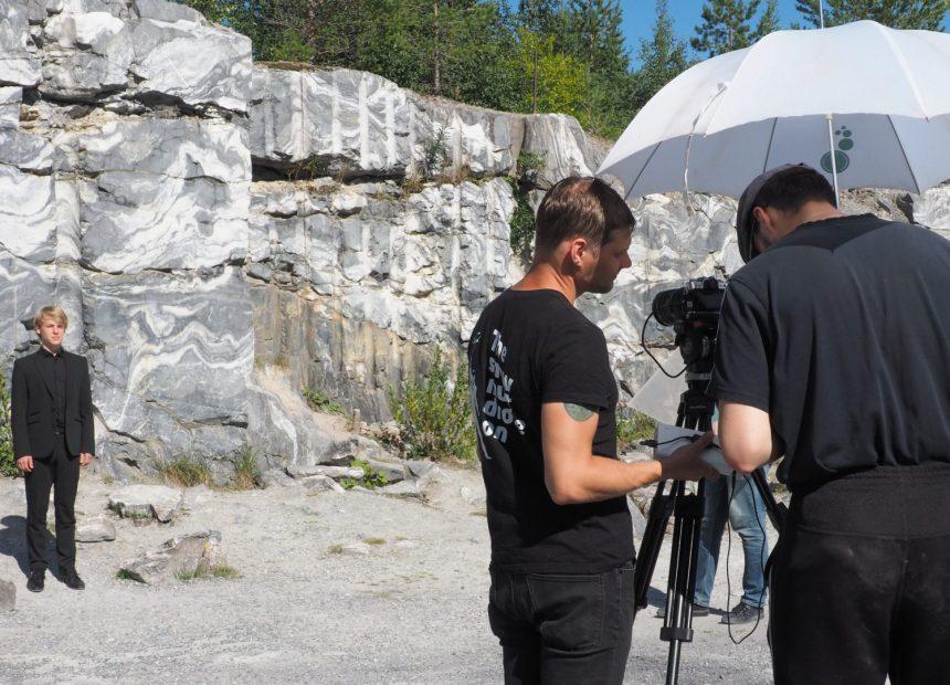Kuvausryhmä Ruskealan kalliolouhoksessa.