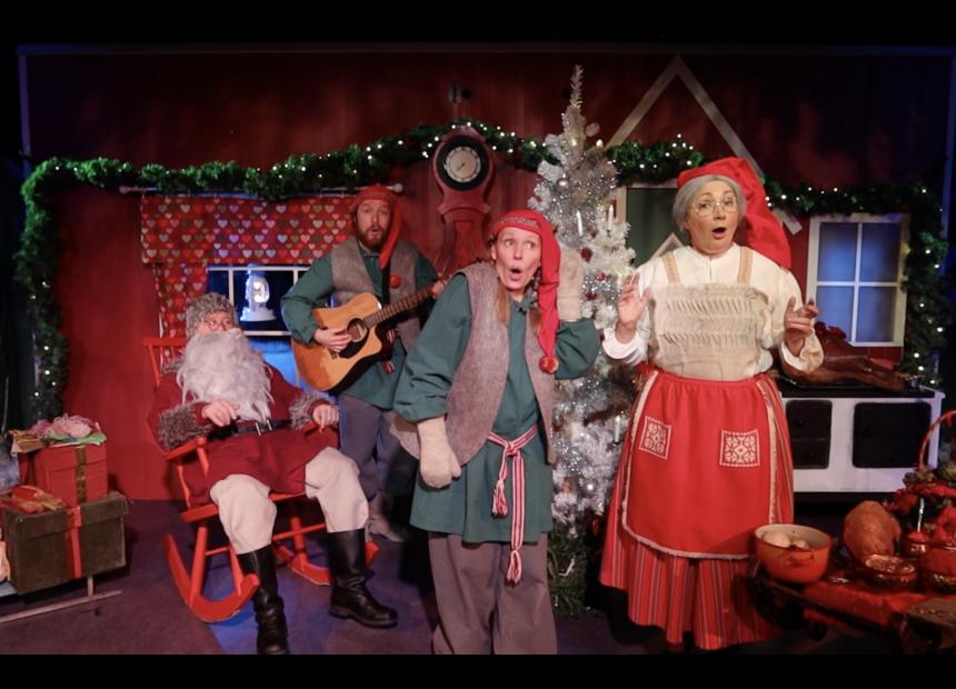 Joulupukki, muori ja tontut laulavat tuvassa.