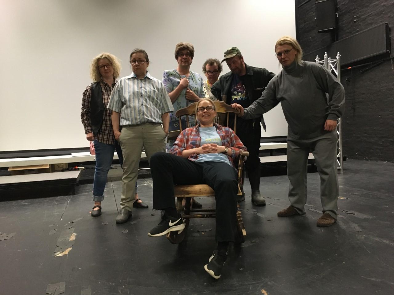 Kätkäläis-työryhmän näyttelijät ja ohjaaja Piia Peltola yhteiskuvassa.