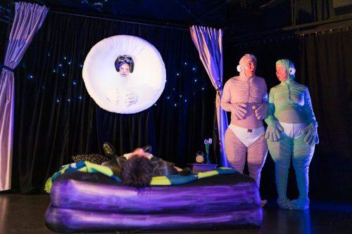 Virallinen henkilö makaa isolla ilmapatjalla selällään niin, että kameraan näkyy vain päälaki. Pim ja Pam ihmettelevät vieressä seisten. Pom-kuu on taivaalla ja katselee Virallista henkilöä.
