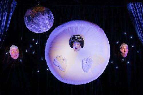 Pyöreä, valkoinen Pom-kuu on keskellä mustaa