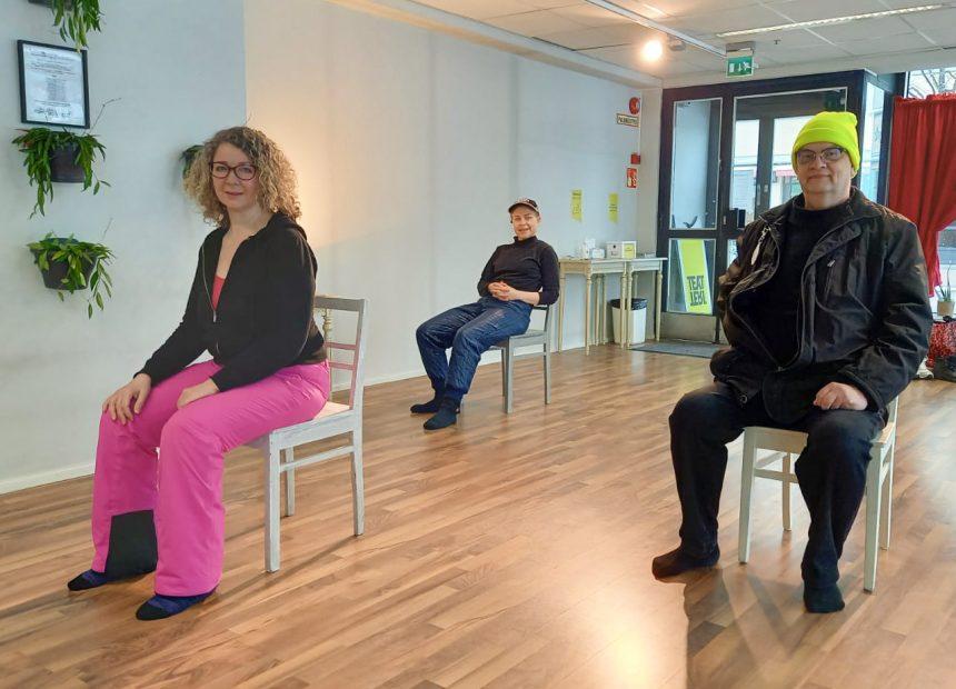 Minna Maaria Virtanen, Piia Peltola ja Markku Maasilta istuvat katsojapaikoilla pop up -tilassa.