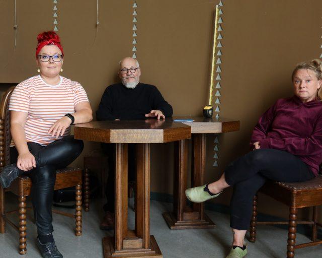 Taiteilijat Satu Laaninen, Esko-Pekka Tiitinen ja Tytti Putkonen teatterin yleisölämpiön pöydän ääressä.