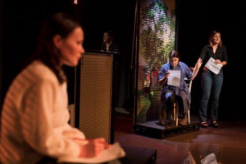 Anna (Minni Gråhn) ja Sofia (Anna Ojanne) lukevat papereita. Etualalla istuu Katariina (Maria Karhapää).