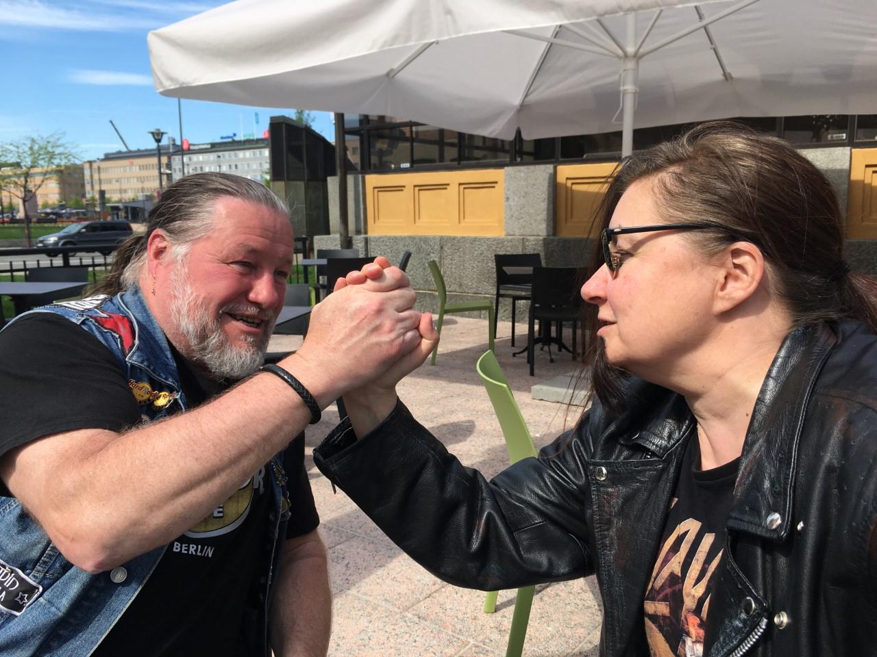 Näyttelijä Olli-Kalle Heimo vääntää kättä Kätkäläis-esityksen hahmon R. Variksen kanssa (Anna Ojanne)