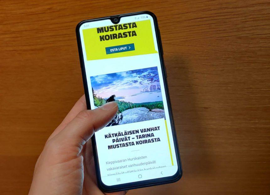 Puhelin, jonka ruudulle on avattu Joensuun kaupunginteatterin uudet verkkosivut.