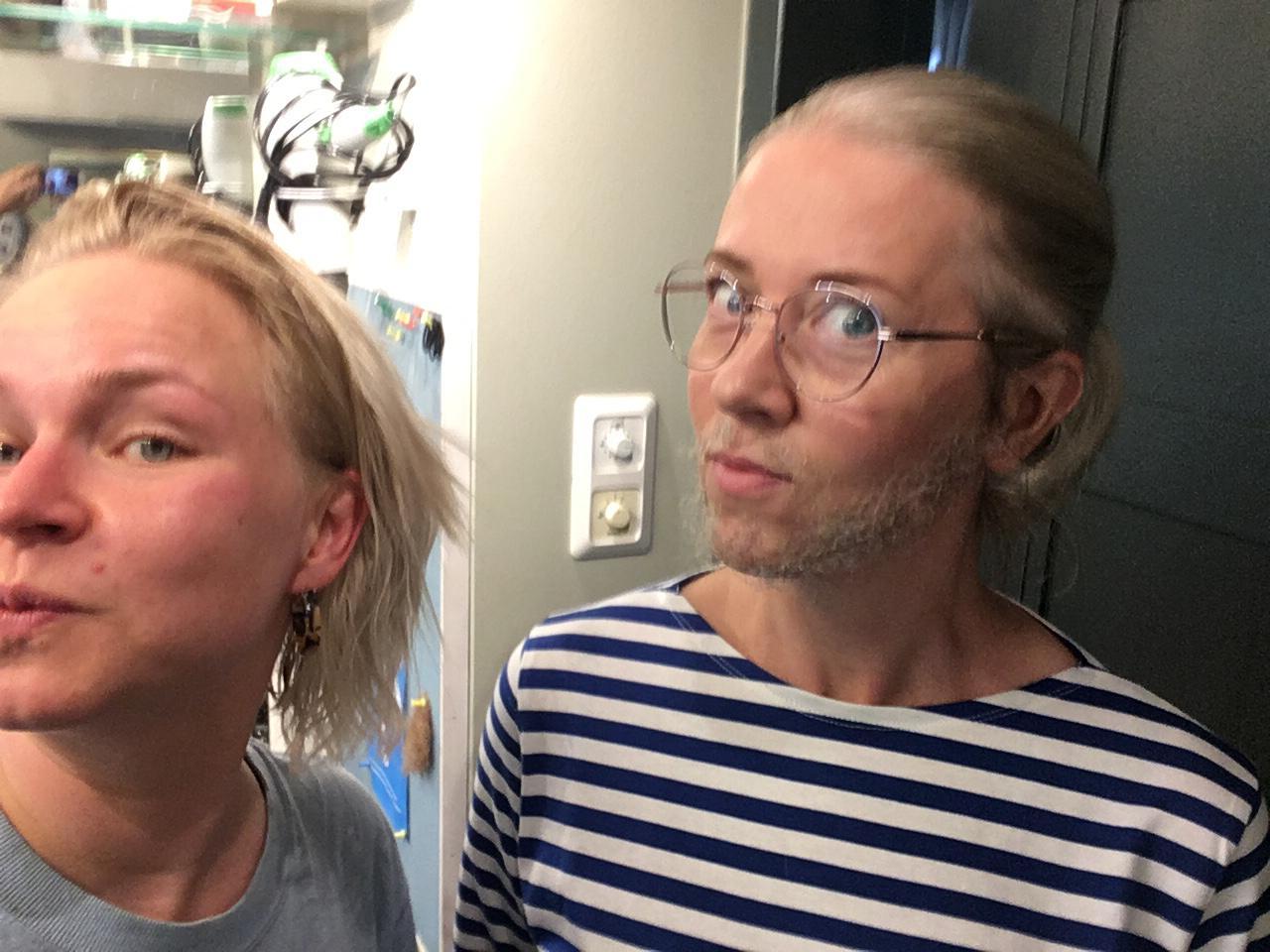 Piia Peltola ja kampaaja-maskeeraaja Sanna Sahlman, jolla on tekoparta.