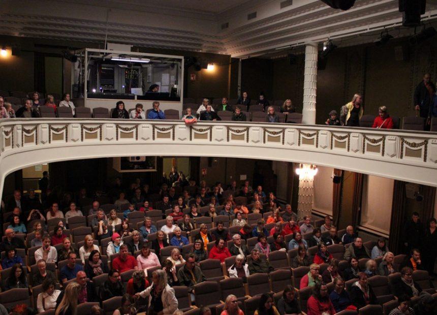 Yleisöä suuren näyttämön katsomossa.